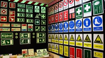Tűz- és munkavédelmi táblák